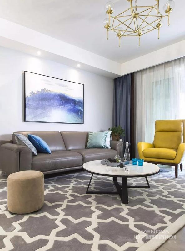 客厅,灰色水泥砖,搭配一张灰白图案大地毯,化解瓷砖地面带来的冰冷感,纯铜造型吊灯能让简单的空间,有不一样的精致感