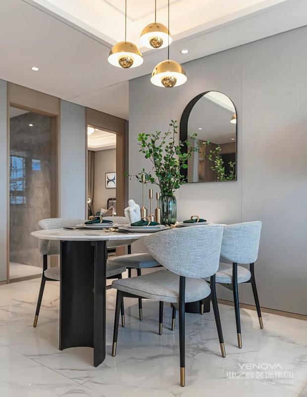 沙发墙挂一幅大尺寸的轻奢装饰画,连贯到餐厅背景墙区域,客餐厅风格一致的装修与家居布置,也显得统一优雅而高级大气。