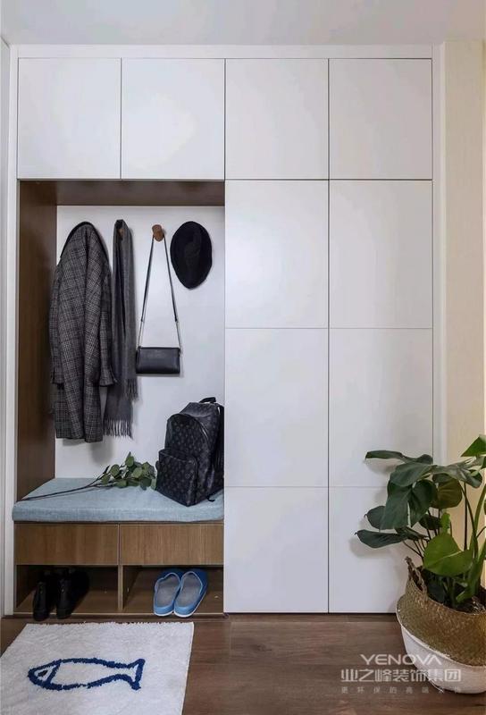 入户玄关做了一个玄关柜,有换鞋凳,有挂钩,一面是一个封闭的大柜子,可以放鞋子,收纳衣物等,所以这绝对是一个集多功能收纳与时尚美观为一体的玄关柜。