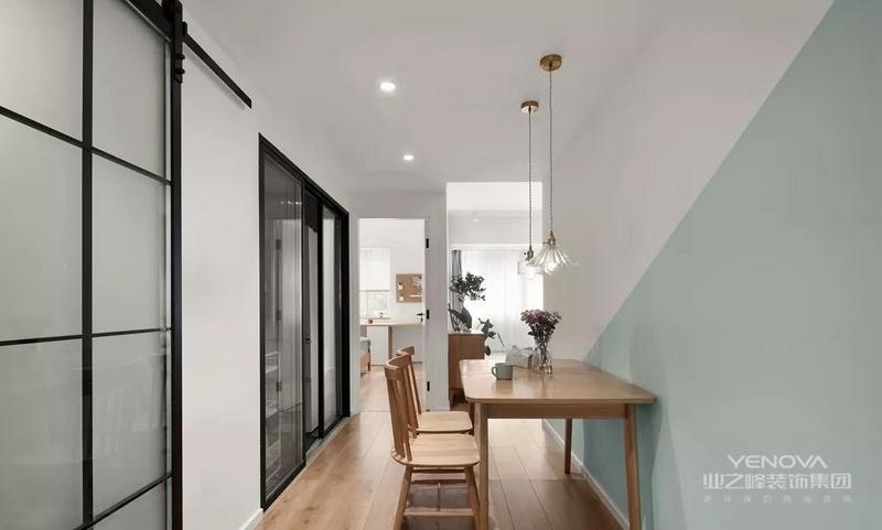 餐厅延续了客厅的薄荷绿色调,加上带点复古气息的吊灯,为空间增添了不少精致感。