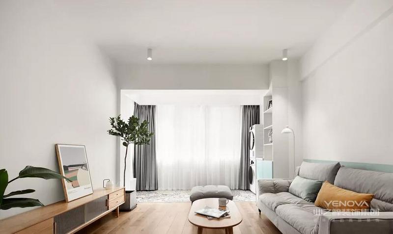 客厅运用了大面积的白色+木色,温馨感十足,搭配上薄荷绿的半墙漆,让空间色彩不那么单调,增添了几分小清新的感觉。