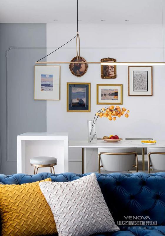 餐厅足够简约,清爽的配色与材质加强空间雕塑感