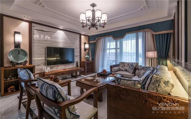 客厅的电视背景墙两侧做了对称的木质造型,中间是大理石背景墙。沙发和茶几、电视柜都选择相同的色系,让整体感变得更强。