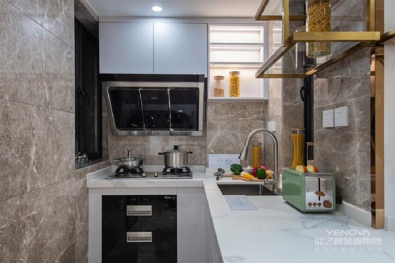 眼光流转,实用的开放式厨房映入眼帘,白色的大理石台面、黑色的电器与金属色的吊柜相互融合,与空间碰撞出简约时尚的别样体验。