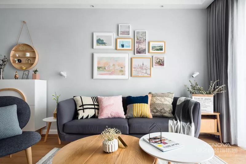 客厅的沙发背景墙上做了照片墙的设计,在沙发的两侧摆放绿植和边几、置物架等,提升客厅的实用性。多彩的抱枕让客厅看起来更加有趣