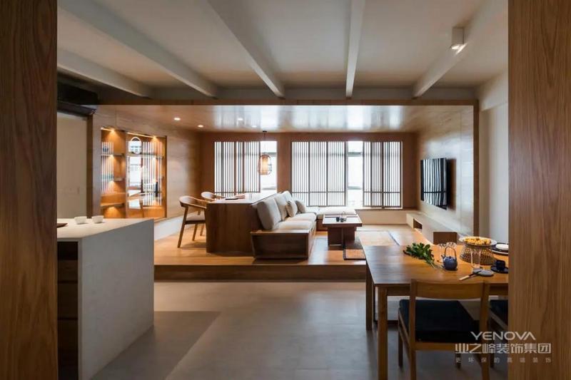 """客厅设计了15公分的地台,直接和墙面、天花板连为一体,变成了向往的""""房中房""""设计。"""