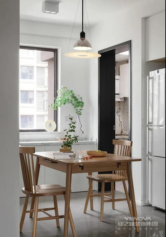 餐厅靠近墙面的地方设计了一排柜体 以补充厨房的收纳 后期生活空间的干净整洁 离不开巧妙的藏藏藏