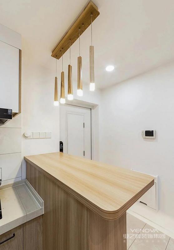 吧台上方的吊灯,也是原木色材质,很统一。入户区域整个白墙设计,会让空间更显敞亮。