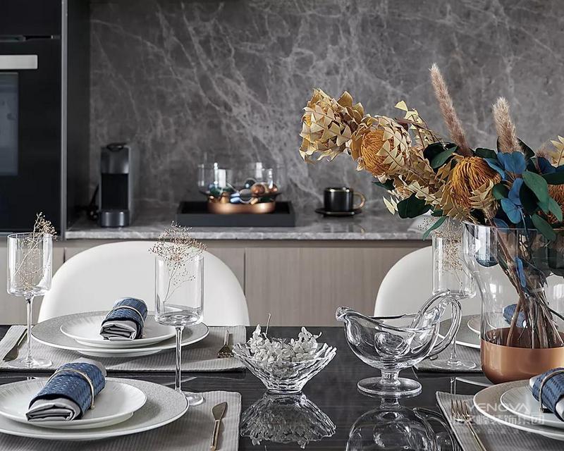 """以""""泛舟湖上""""为主题的艺术品,搭配进口水晶花器,以及通透质感的饰品,呼应折射水波粼粼的银色餐盘,令家人在身心愉悦中开启味蕾。"""