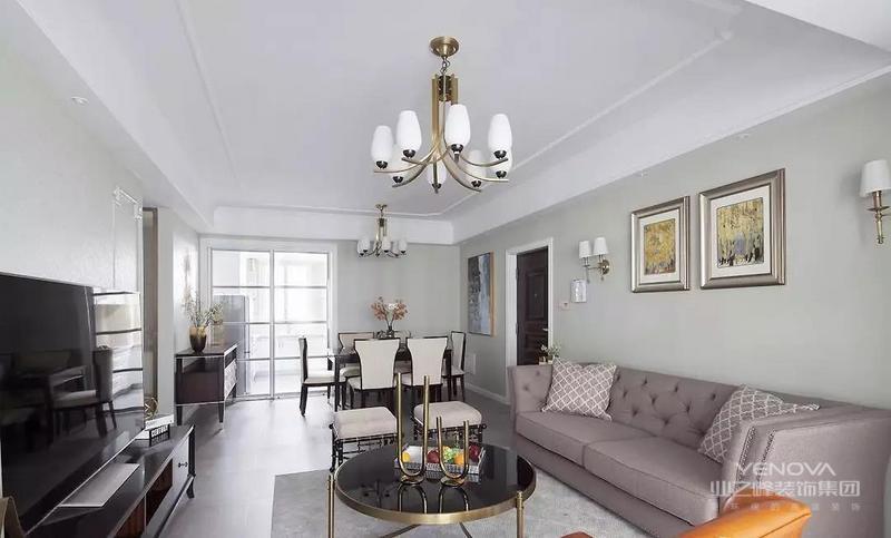 临窗的橙色单人沙发点亮整体空间,深色系茶几与电视柜调和空间色彩,沉稳而大气,深浅搭配提高空间质感。