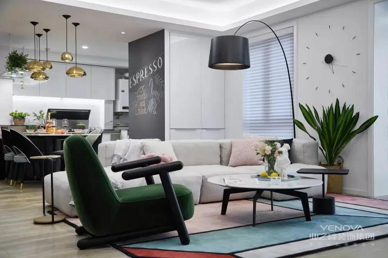 镶嵌在墙上的剪影钟,造型简洁,无多余装饰。糖果色沙发,丝绒绿椅子,进口羊绒地毯,营造出一个浪漫、温馨的空间