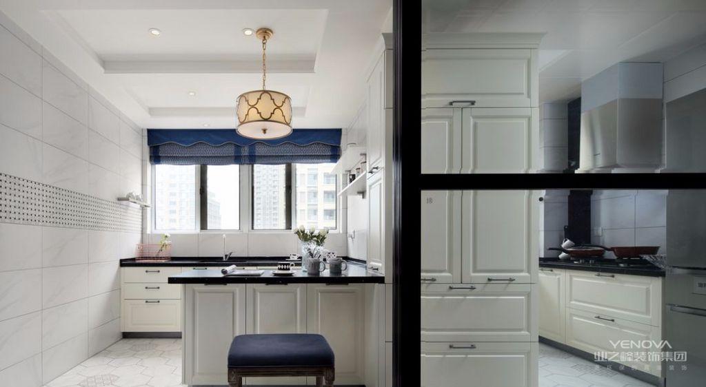 厨房地面贴了六角哑光砖,加上花砖的点缀复古又清新