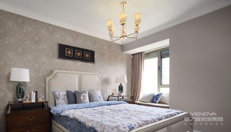 次卧整体以米色为基调,辅以美式小清新的蓝色床品,十分雅致