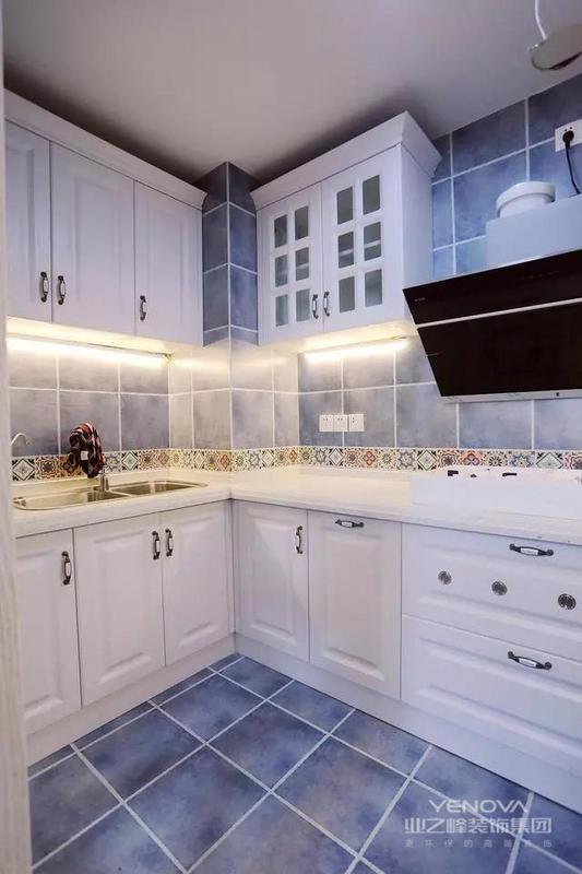 这个是厨房内部效果图,看到是不是被Get到了呢~很美吧~而且那个花砖腰线的点缀也是很亮眼的~