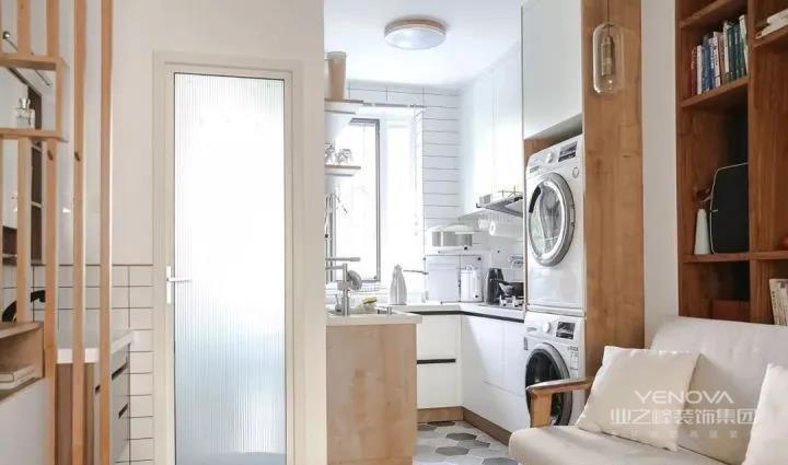 左手边是厨卫,卫生间干区上半部分铺贴小白砖防潮,湿区采用长虹玻璃和磨砂玻璃两层,保护隐私。开放式厨房宽阔敞亮。洗衣机放置在厨房,腾出阳台作为休闲场所来使用