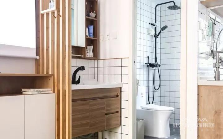 卫生间干湿分离的设计最适合小户型了。干湿区统一铺贴小白砖,显得室内光线明亮,同时提升时尚感和颜值