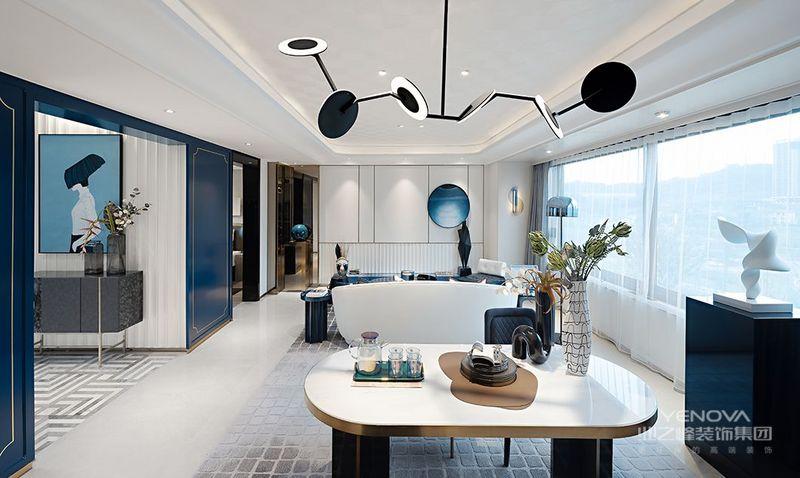 客厅大面积的透明落地窗让室内空间拥有充足的光照,无论是清晨还是午后,都可以感受到阳光拂面的幸福。