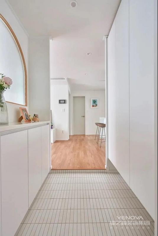 在进门处通过打柜子、砌墙,打造2㎡左右的独立玄关。隔而不断的设计,既不影响采光,又营造温馨的氛围。