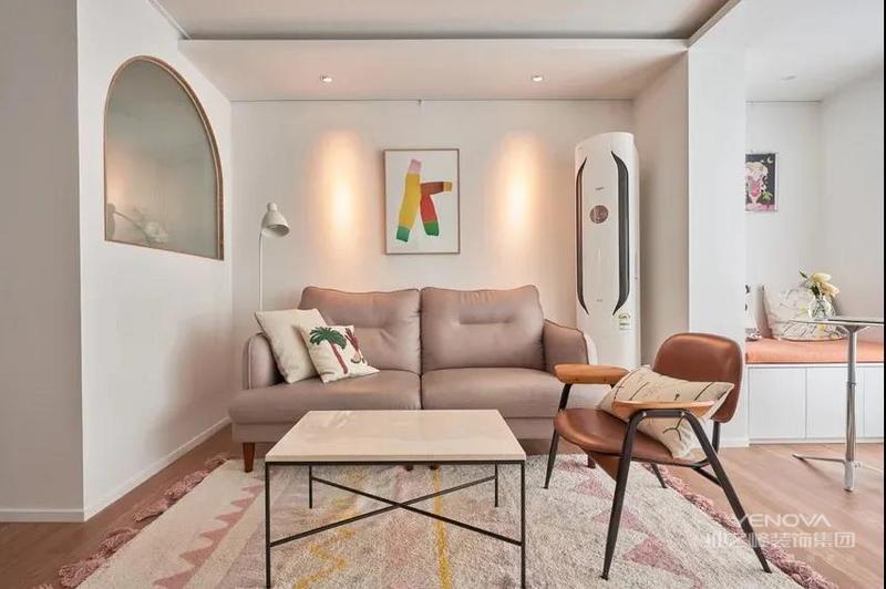 大面积的白墙、白柜子搭配木质地板,客厅营造出简单、舒适的居家氛围。客厅没有装电视机,自然也不需要设计电视墙,省掉了一笔开支。打通阳台,设计卡座搭配圆桌子,打造一个简单的休闲区域。