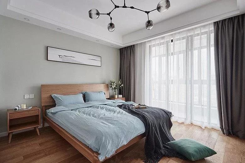 卧室的颜色更为丰富一些,但是色调又都能搭配起来,原木色、蓝色、青色和灰色的结合,构造出这个文艺小清新的卧室。