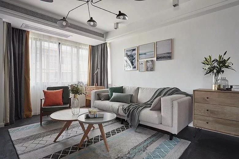 沙发、地毯和窗帘等软装配饰都是以灰色为主的设计,让整个客厅看起来更加的简约和舒适,不复杂的设计,过着更加文艺的生活。