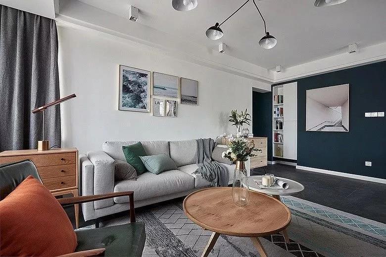 客厅侧面的走廊过道选择了深蓝色作为背景色,搭配一个装饰画和嵌入式的柜子,让走廊多出更多储物空间,又有着深邃的进深感。