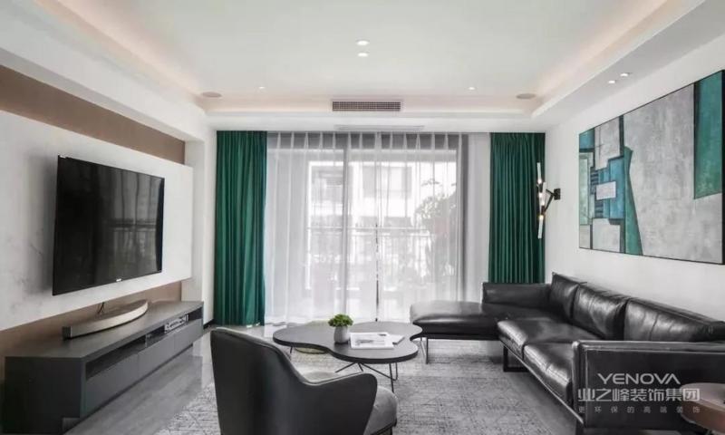 客厅,以黑灰为主,色系较为深沉,具有年轻成功人士,所追求的简洁、质感、高品质的家居环境。深绿色窗帘的点缀,成为醒目的一点。