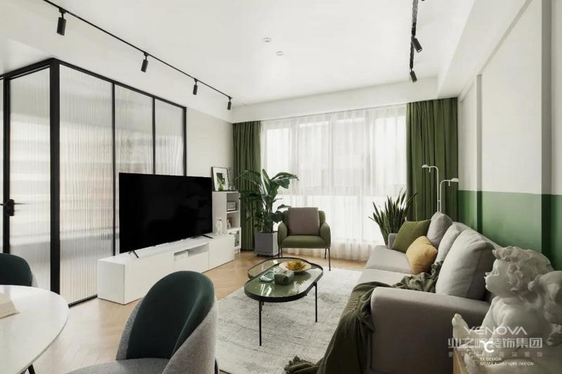 整个空间的主色调定为屋主最喜欢的绿色,设计师利用局部的装饰,将绿色运用到背景墙、窗帘、搭毯、抱枕.....还有绿植的点缀,整个空间中都弥漫着自然清新的气息,