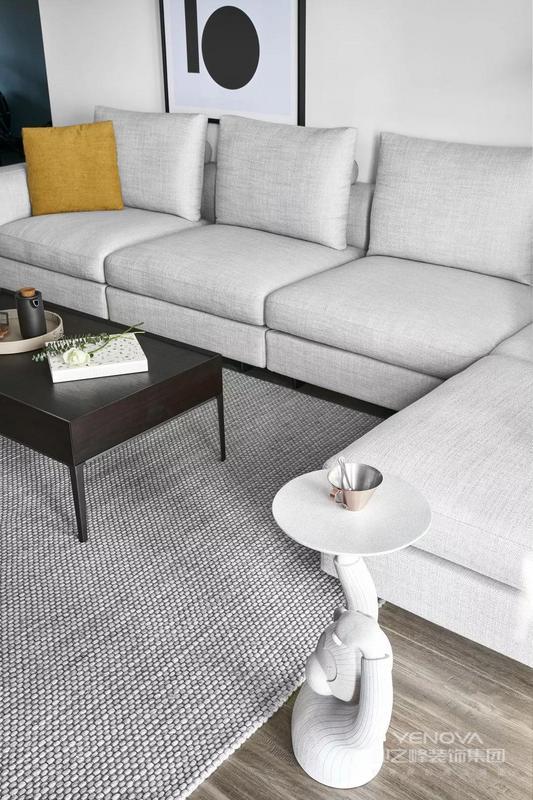 客厅背景是干净素然的大白墙,沙发旁是太太钟爱的咖啡机,当你从繁复累赘的都市中转身,迎接你的是一个完全包容和简朴的栖息空间,从进门那一刻便收获一份豁然的心境。