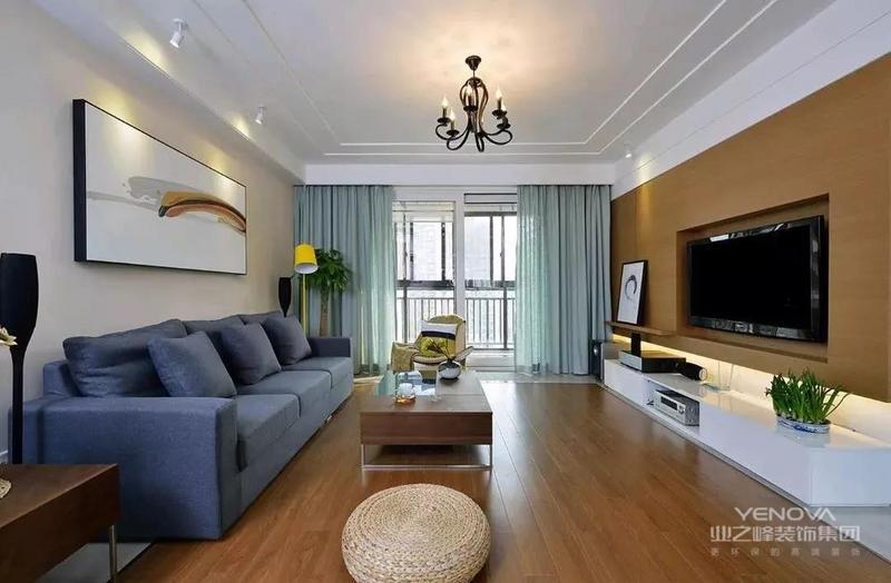 客厅搭配蓝色的布艺沙发,深木色的家居,呈现出一个时尚又沉稳的氛围,电视墙,电视机及电视柜内嵌,整体看起来更加统一、干爽;