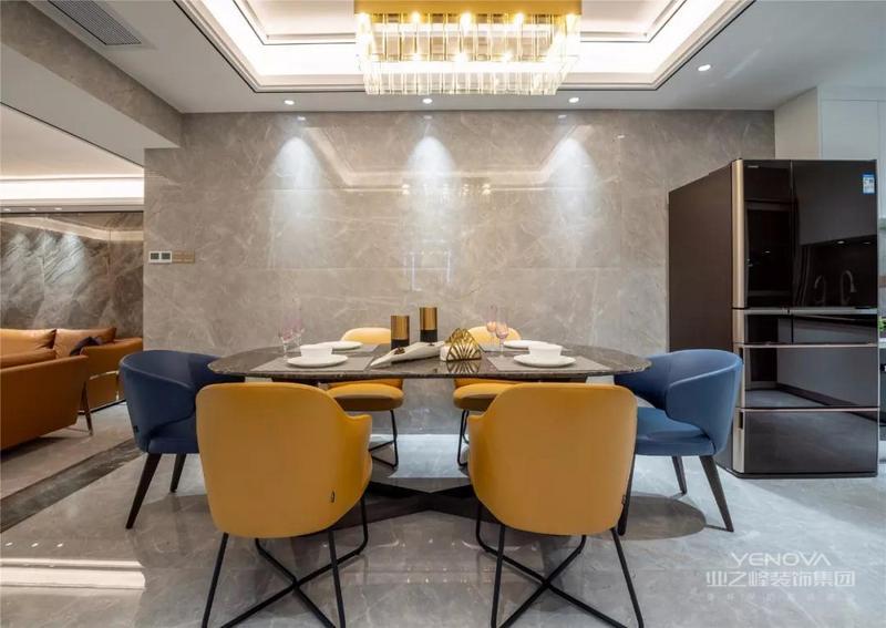 沙发墙也是大理石质感的,两侧还有边框造型,多层天花吊顶也加上了线条显得更加有层次感,搭配上橘色的皮沙发,整个空间显得端庄而又活力优雅。