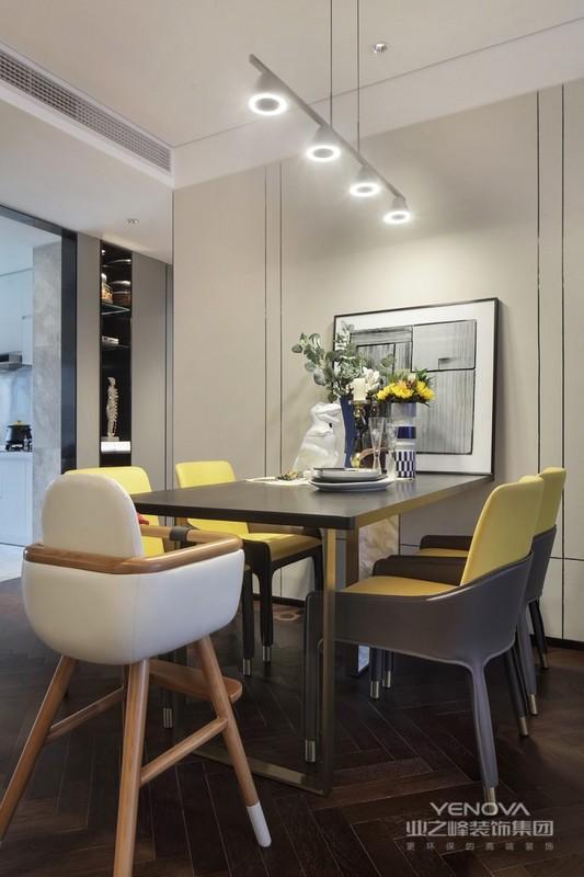 擅用各种花饰、丰富的木线变化、富丽的窗帘帷幄是西式传统室内装饰的固定模式