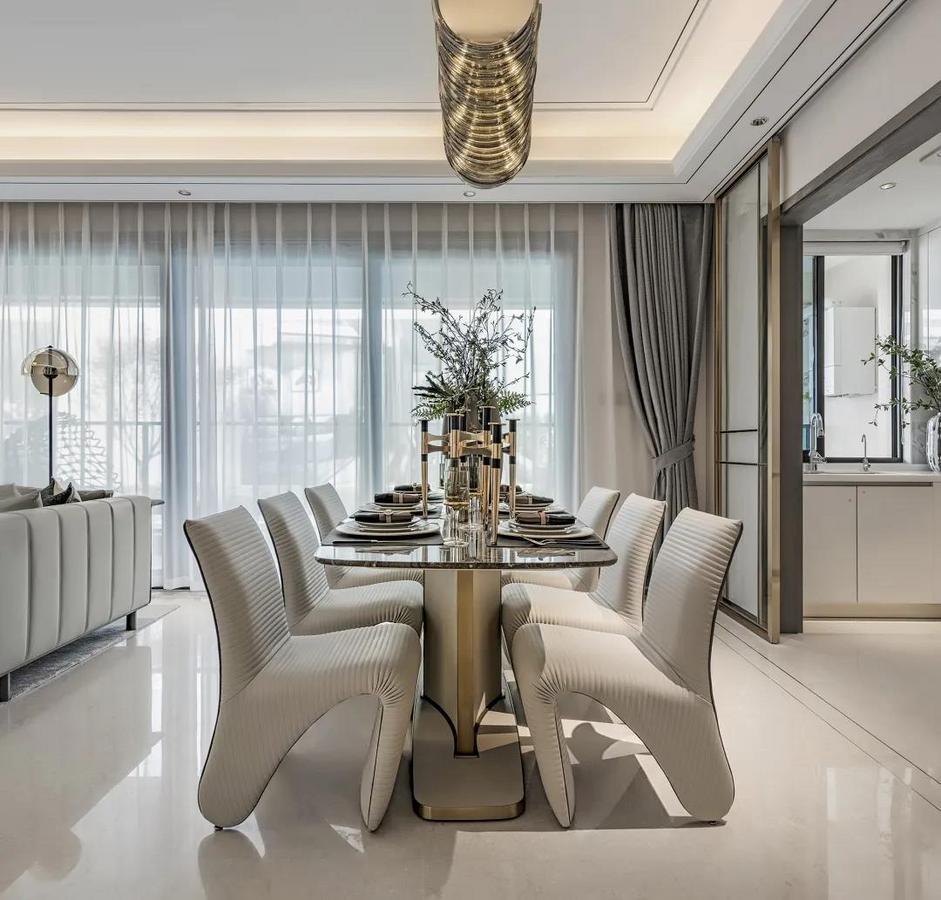 餐桌上摆着华丽雅致的餐具与花瓶,让用餐体验显得更加的浪漫情趣舒适。
