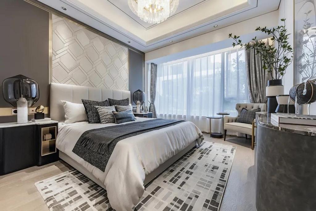 现代优雅的卧室空间,床头墙以皮革软包+金属条装饰,布置上皮质靠背的床铺,让睡眠空间显得舒适优雅而自然。