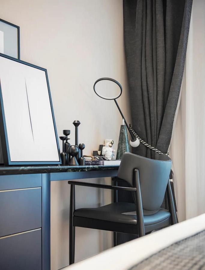 床尾的梳妆台,深色端庄的质感,也让卧室显得更加稳重舒适。