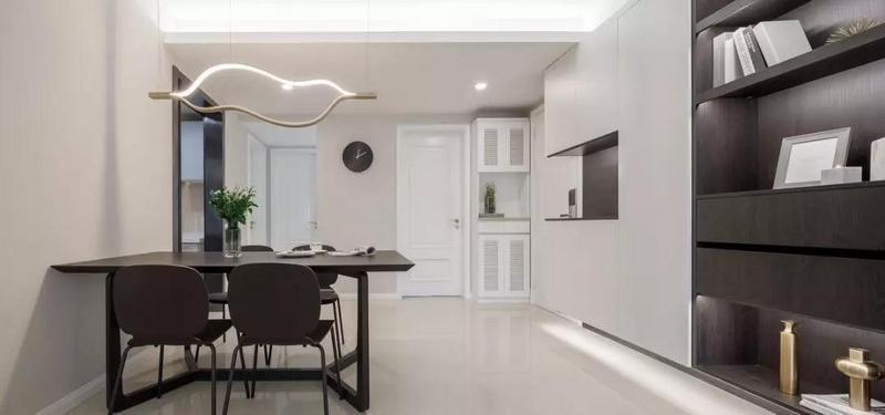 餐厅,电视墙一整面墙的储物柜顺延到餐厅区域,兼具展示与收纳的功能,提升用餐的格调。