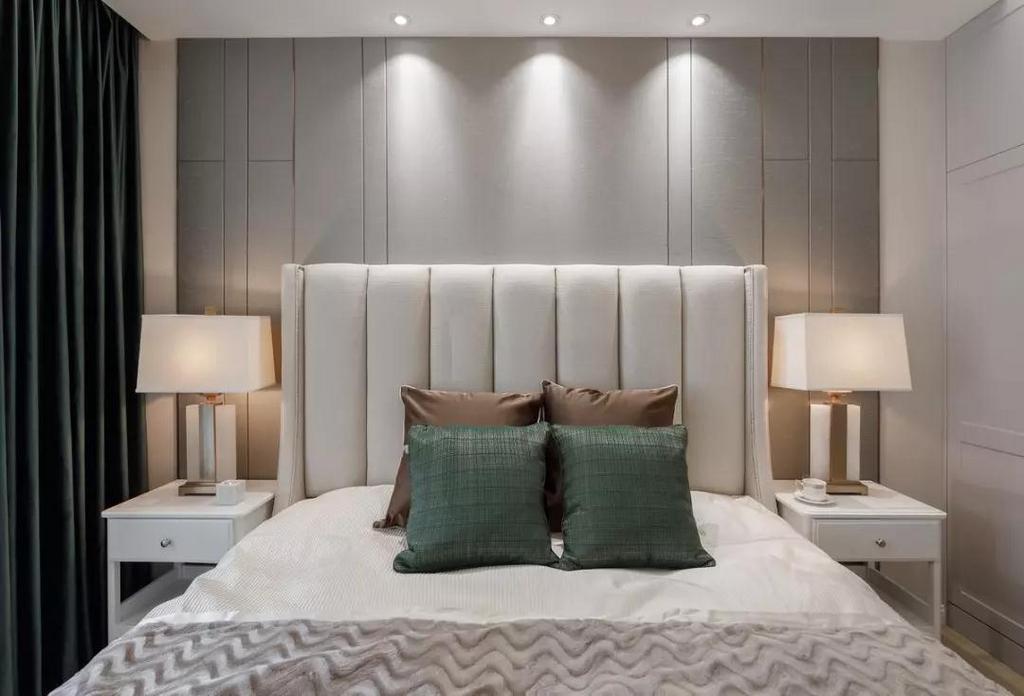 墨绿色是主卧的点缀色,用在抱枕和窗帘上,突显一种有质地的高雅感受。