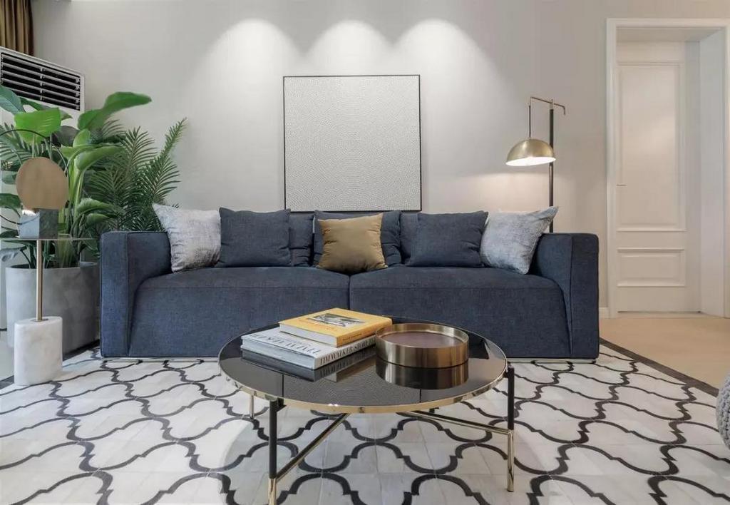 深蓝色沙发上摆有色彩各异的抱枕,视觉上增加层次和跳跃性,配合简约茶几,质感满满。