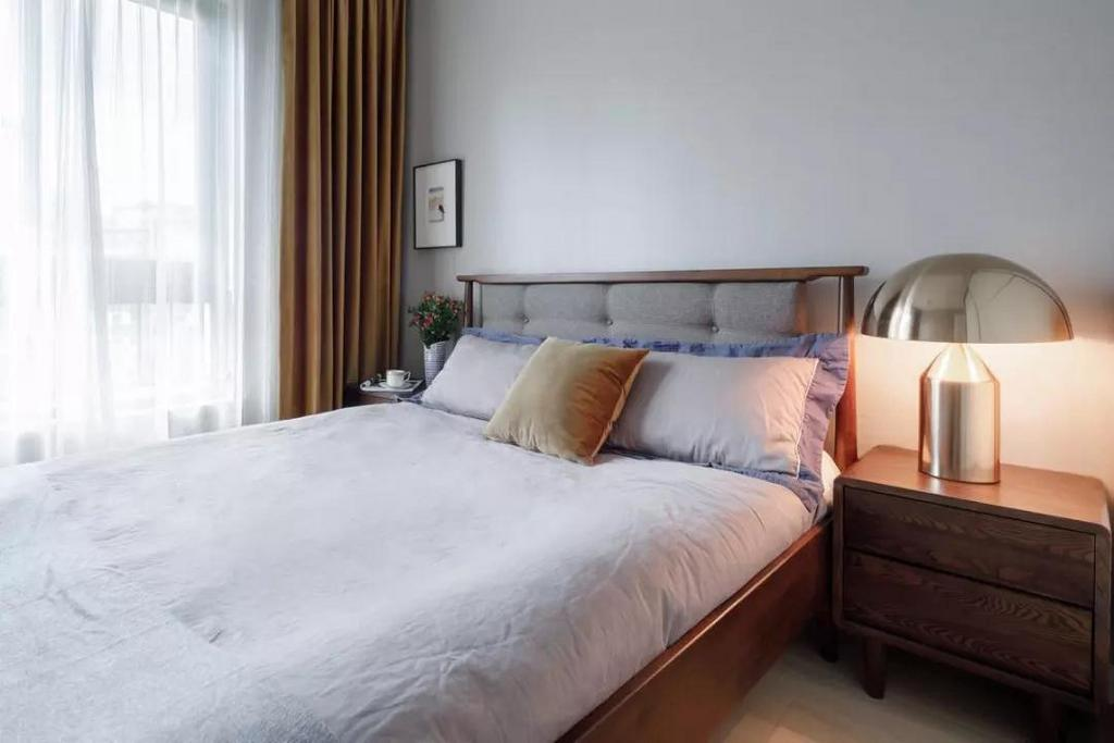 次卧,简约的床头墙搭配素雅的床品,干净清爽的视觉让人身心舒畅。