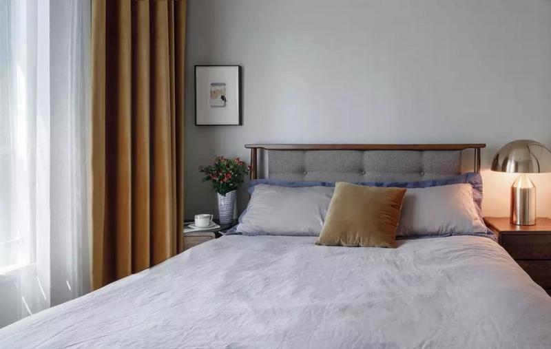 装饰画不正中的位置摆放,也让这一侧床头的自在清新得到放大。