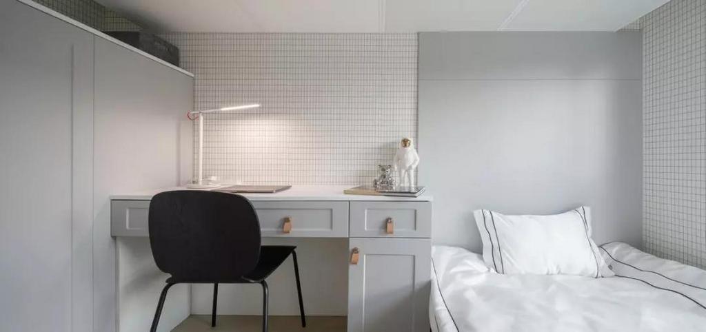 儿童房张贴格子壁纸,搭配灰色+白色的家具,干净简约不失高级。