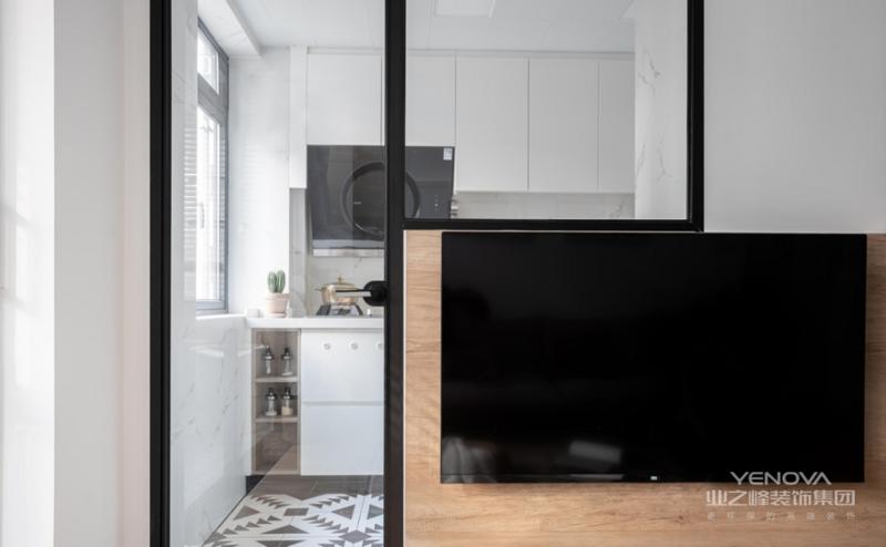 电视背景墙上开了新的窄边框门窗,在视线上可以增加厨房与客厅间的通透性。阳台封窗,将其纳入室内空间;但我们依旧在客厅与阳台之间加了窄框玻璃门,因为屋主想有效的管理两只猫大人平时的卫生与气味。