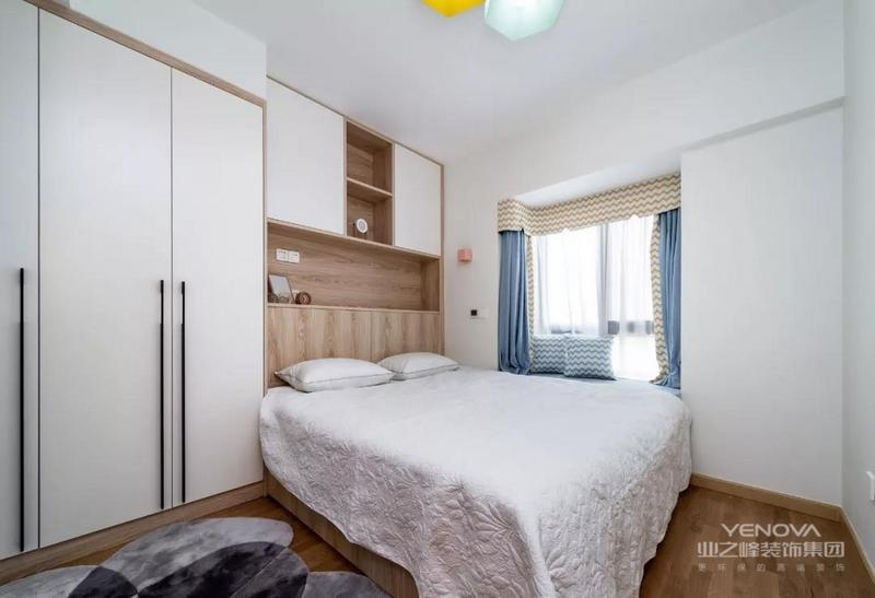 主卧,延续白+木基调,用吊灯、窗帘、地毯为空间添彩,打造出清新自然的舒眠环境
