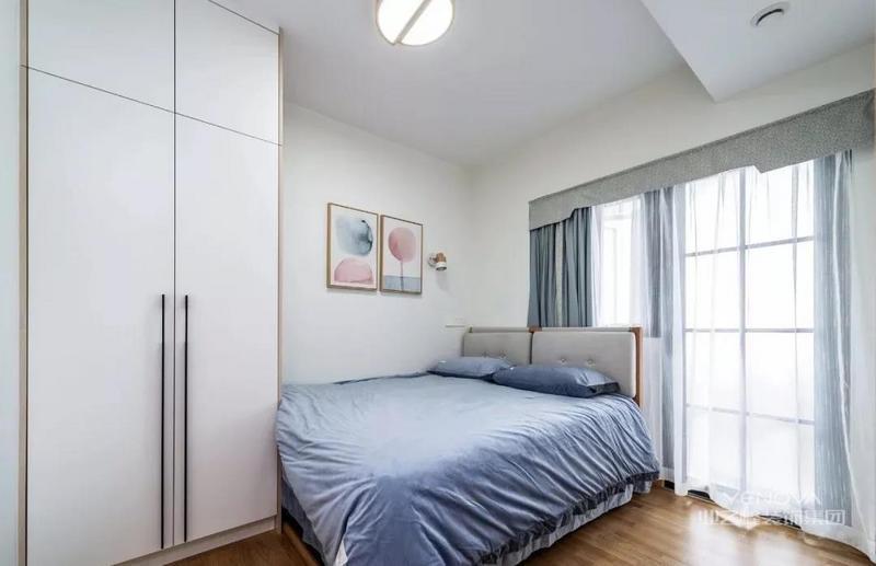 老人房,将床靠墙放置,床尾设计顶天立地收纳柜,留出宽敞的L形走道,黑框玻璃门外是阳台空间