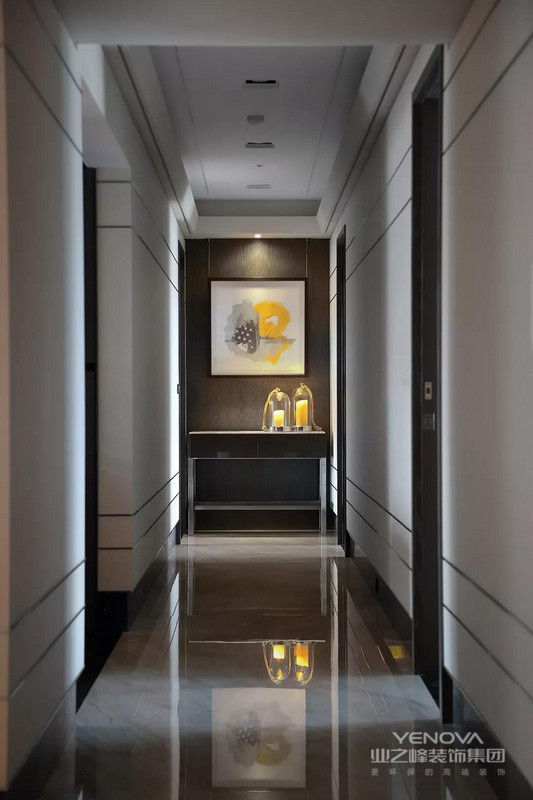 设计师在玄关口点了几盏灯,并以平衡却带韵律感的线条做为视觉指引,让回家的人感到备受尊宠。