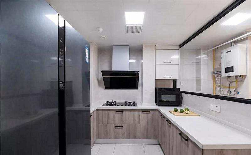 原厨房面积局促,利用生活阳台增大面积后宽敞舒适,一家人同时在这里忙碌都不会显得拥挤。
