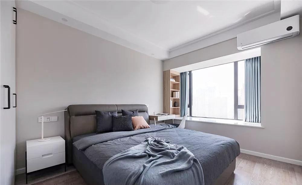 主卧设计以舒适和柔软为出发点,运用了能衬托出其他元素的自然色系,减少装饰,还原最简单的清爽空间
