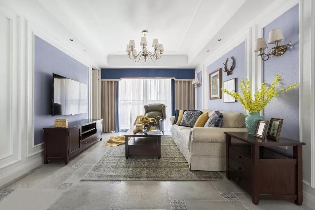 客厅,电视背景墙用护墙板作了隐形门的形式代替普通的房门,使得电视背景墙更完整统一。