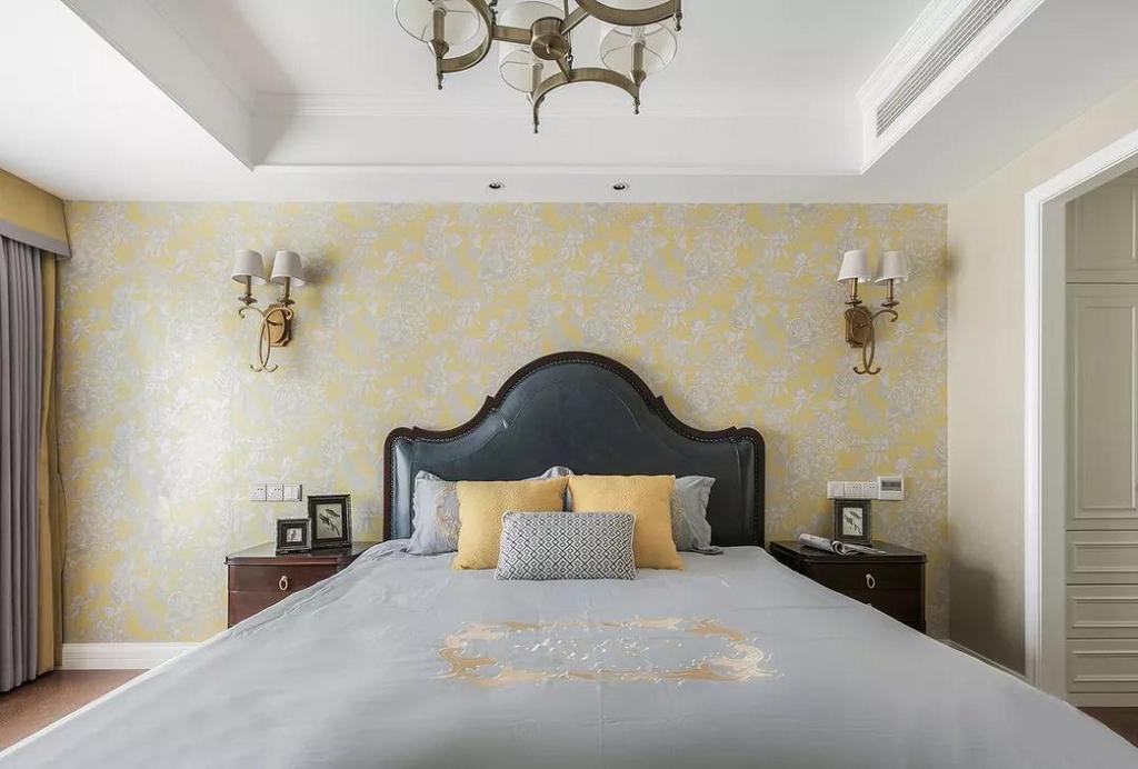 床头背景采用高贵的明黄色墙纸,与灰蓝色的皮床做一个搭配。