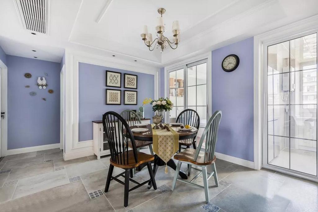 客厅看向餐厅,木质餐桌椅让餐厅里增加暖意,配套餐边柜美观兼具实用收纳。